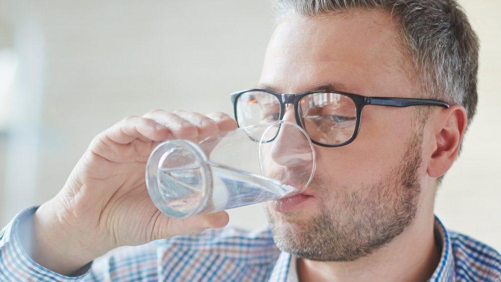 Agua gelada faz mal mito