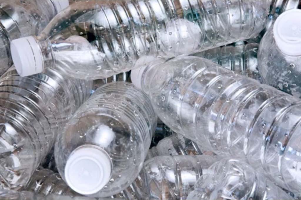 garrafa de plástico no meio ambiente