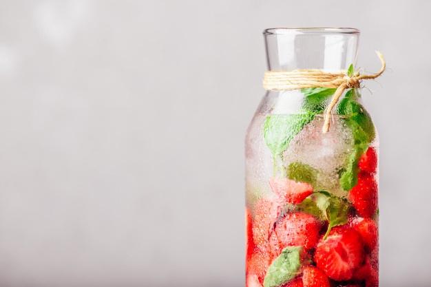 agua saborizada com morango